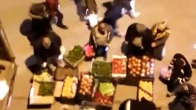 Bursa'da seyyar satıcıların tezgahlarında sosyal mesafe unutuldu