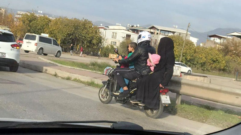 Bursa'da tehlikeli yolculuk! Çocuklarının hayatını hiçe saydı…