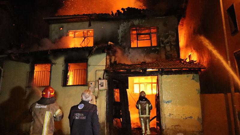 Bursa'da geceyi alevler aydınlattı! Mahalleli sokağa döküldü