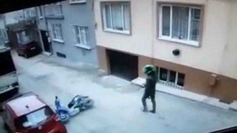 Bursa'da motosikletiyle tek teker üstünde giden sürücünün düşme anı kamerada