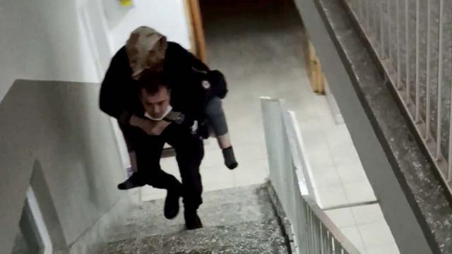 Yürekleri ısıtan görüntü! Polis, yaşlı hastayı sırtında taşıdı