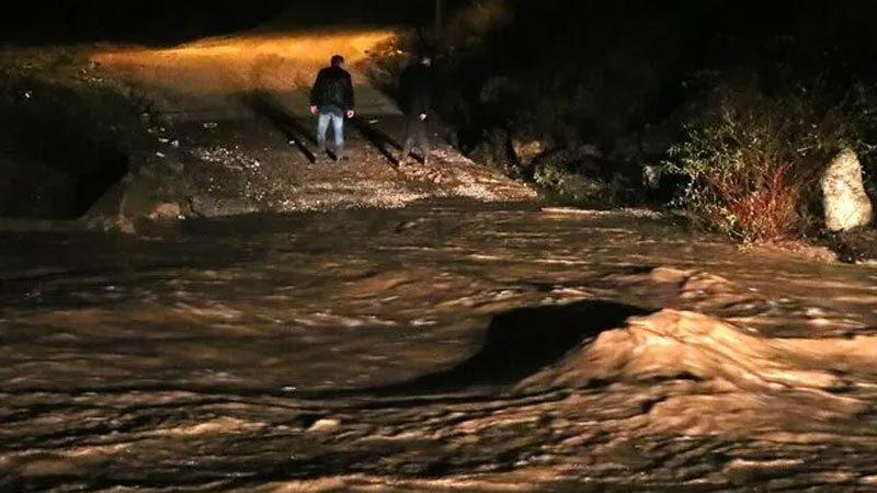 İzmir'de otomobil sel sularına kapıldı! 3 kişi kurtarıldı, 2 kayıp