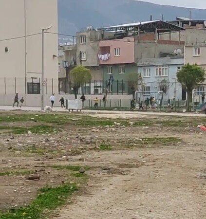 Kısıtlamada top oynayan çocuklara polis baskını