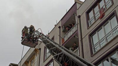 Bursa'da annesine kızıp elbiselerini balkonda yaktı, mahalleliyi sokağa döktü!