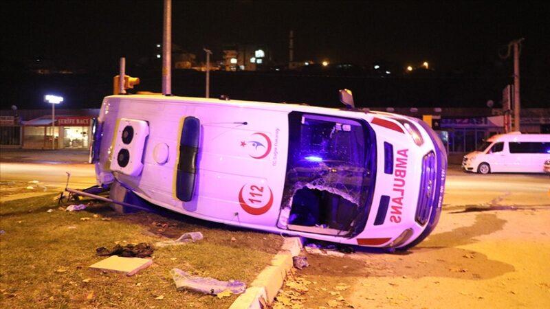 Ambulans ile minibüs çarpıştı: 14 yaralı