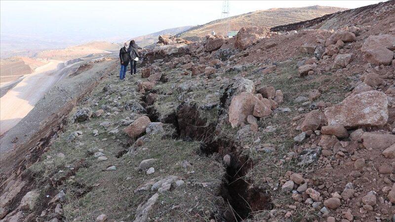 Depremin ardından derin yarıklar oluştu