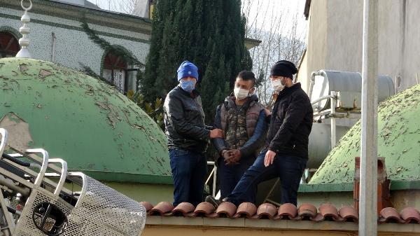 Yer: Bursa… Cami avlusunun çatısında yakalandı