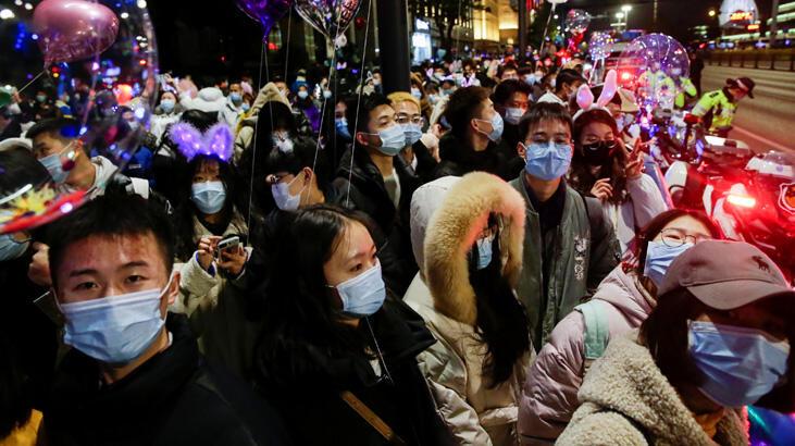 Koronavirüsün dünyaya yayıldığı Wuhan'da yılbaşı sokaklarda kutlandı