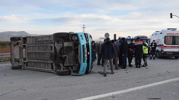 Yolcu minibüsü ile otomobil çarpıştı: Yaralılar var