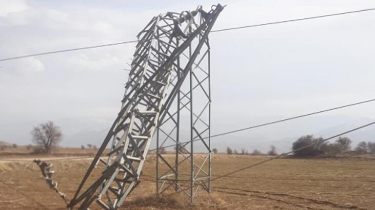 Rüzgar elektrik direklerini eğdi