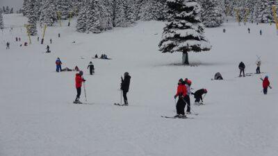 Uludağ'da kayak sezonu açıldı, pistler doldu