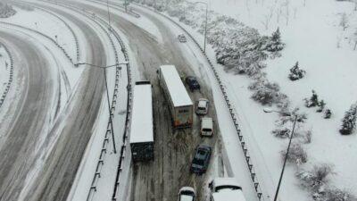 Bursa-İzmir otobanı kar yağışı nedeniyle kapandı