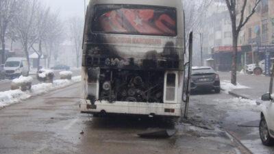 Bursa'da işçileri almaya giden servis yandı