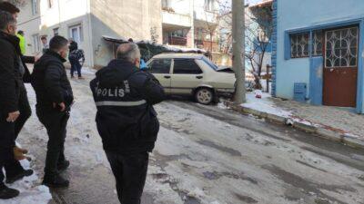 Bursa'da çalıntı araçla polisten kaçarken kaza yaptılar