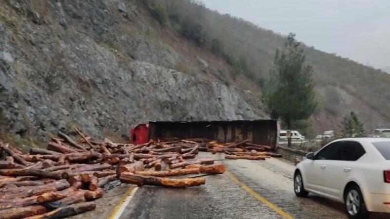 Bursa'da TIR devrildi! İlçe yolu ulaşıma kapandı