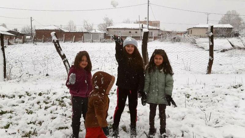 Bursa'ya kar yağışı başladı! Çocuklar keyfini çıkardı