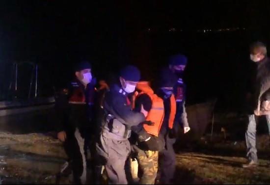 Bursa'da gölde kaçak avlanırken mahsur kalan 3 kişiyi jandarma kurtardı
