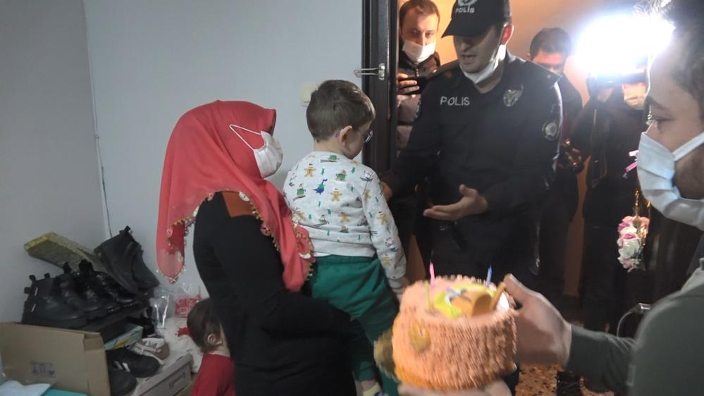 Bursa'da polisten serebral palsi hastası çocuğa sürpriz doğum günü kutlaması