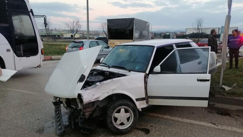 Bursa'da otomobiller çarpıştı: 2 yaralı
