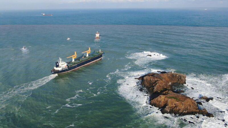 Riva'da sürüklenen kargo gemisi kurtarıldı