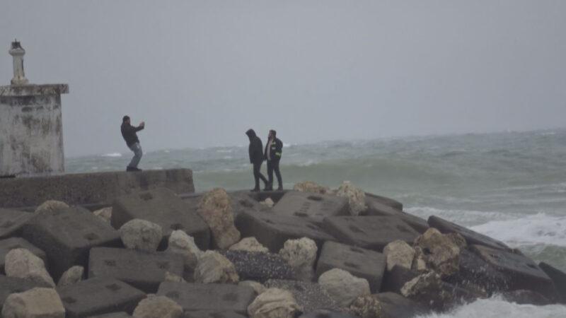 Dev dalgalar arasında tehlikeye rağmen selfie merakı