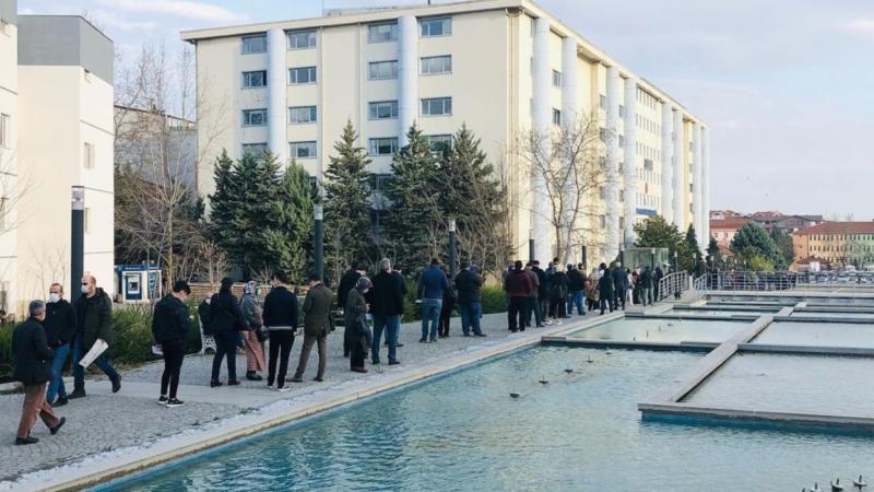 Fotoğraf Bursa'da çekildi! Bu insanlar ne için bekliyor?
