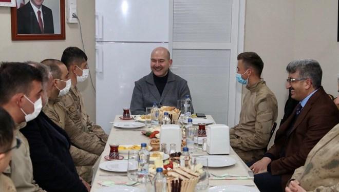 İçişleri Bakanı Süleyman Soylu, yılın ilk kahvaltısını geceyi geçirdiği üs bölgesindeki askerlerle yaptı
