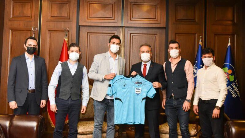 Bursa'nın FIFA kokartlı hakemi Arda Kardeşler'den Başkan Aktaş'a ziyaret…