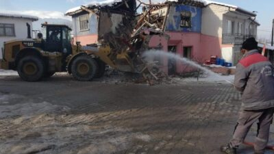 Metruk binalar yıkılarak mahalleler güvenli hale getiriliyor