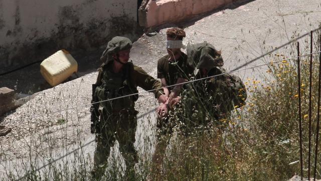 Batı Şeria'da 15 Filistinli, İsrail güçlerince gözaltına alındı