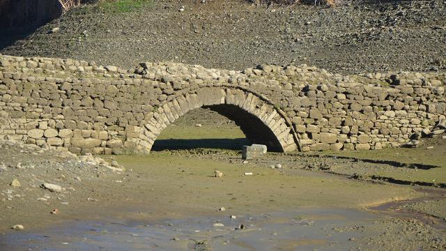 Sular çekildi, tarihi köprü gün yüzüne çıktı