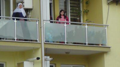 Aynı anda İstiklal Marşı! Öğrenciler balkondan eşlik etti…