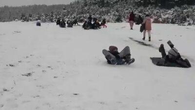 Poşetle kaydılar…Kar keyfini çocuklar çıkardı