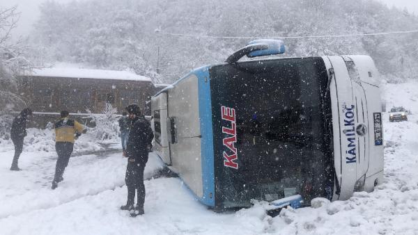 Kar yağışı kazaları da beraberinde getirdi yolcu otobüsü devrildi! Yaralılar var