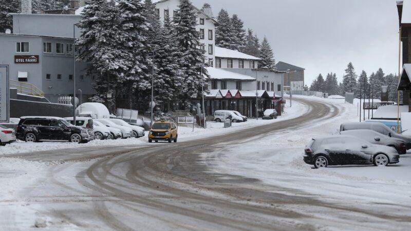 Kar yağdı böyle oldu! Bursa'nın gözde merkezi onlara kaldı…