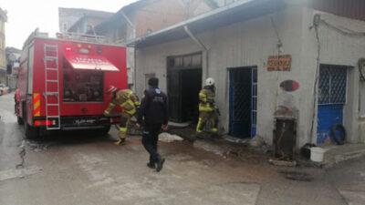 Bursa'da lastikçide çıkan yangın itfaiye tarafından söndürüldü