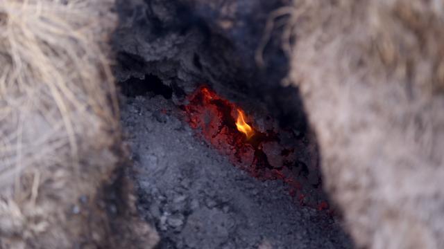 Kuruyan göl yatağındaki yanan toprak görenleri şaşırtıyor