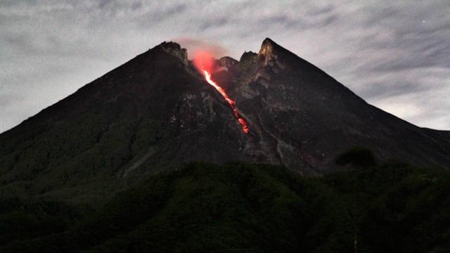 Endonezya'da Merapi Yanardağı'nda iki patlama oldu