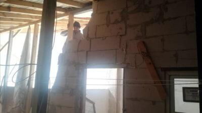 Çatı arasındaki kaçak yapı yıkıldı