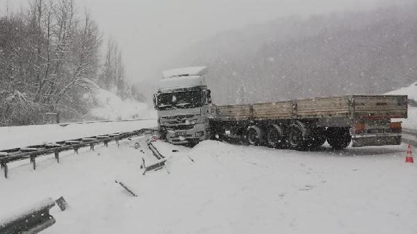 Bursa'da kayan TIR yolu kapattı! Uzun araç kuyrukları oluştu