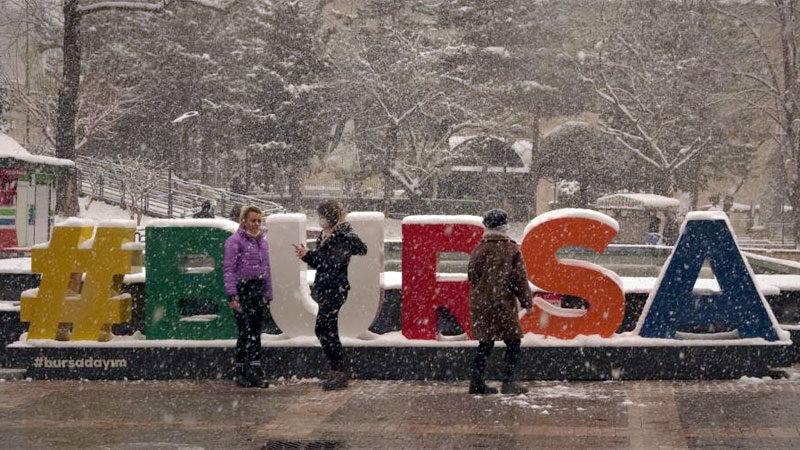 Bursalılar yoğun kar yağışının keyfini çıkardı