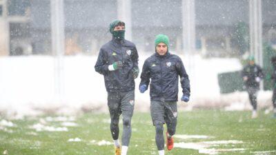 Bursaspor ara vermedi! Kar yağışı altında antrenman…