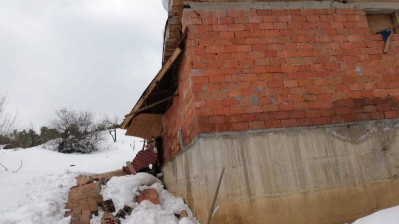 Bursa'da ahırın çatısı çöktü! Hayvanlar son anda kurtuldu