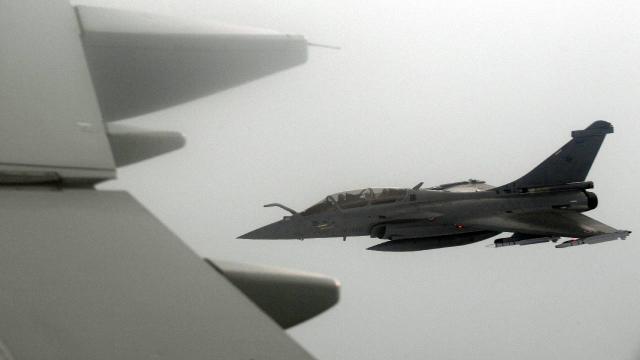 Alçak uçan savaş jeti bir köyü karanlığa gömdü
