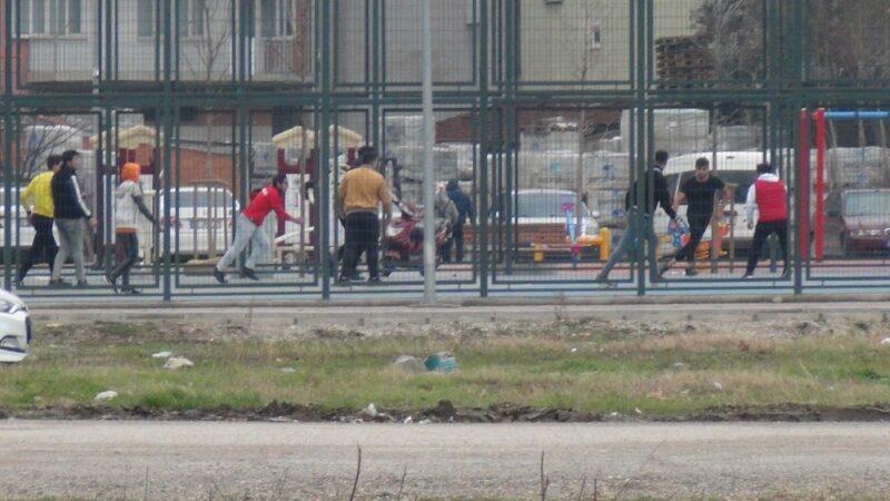 Görüntü Bursa'dan… Kısıtlamayı hiçe sayıp top oynadılar