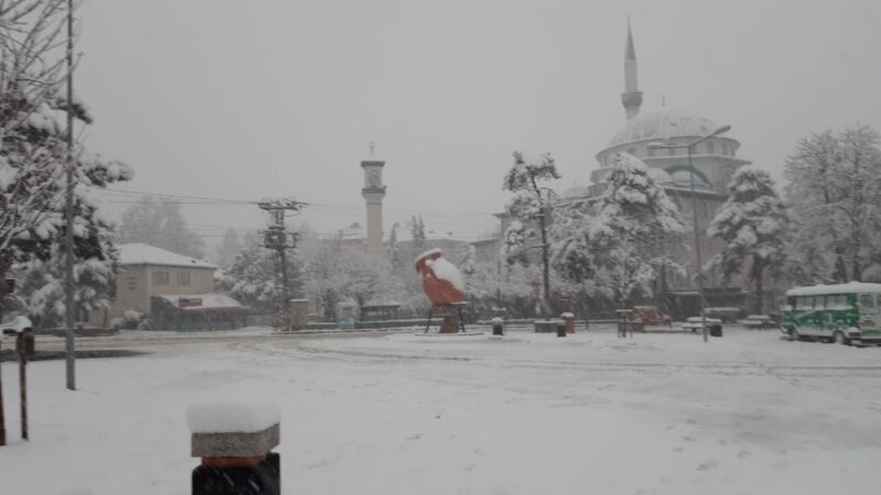 İnegöl'de kar yağışı etkili oluyor