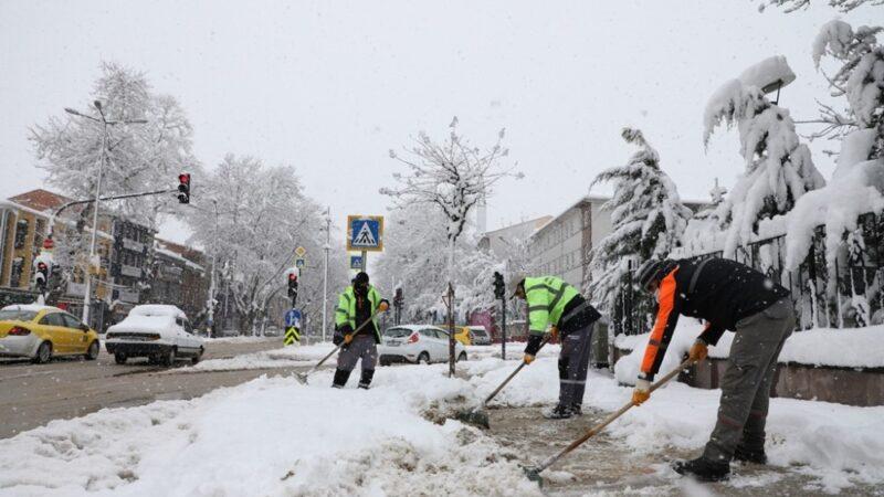 İnegöl'de kaldırımlar kardan temizleniyor