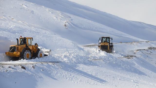 Yoğun kar nedeniyle 637 yol ulaşıma kapandı