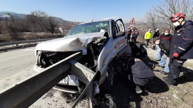 Bariyer otomobile saplandı, sürücü ölümden döndü