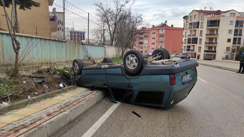 Bursa'da otomobil devrildi